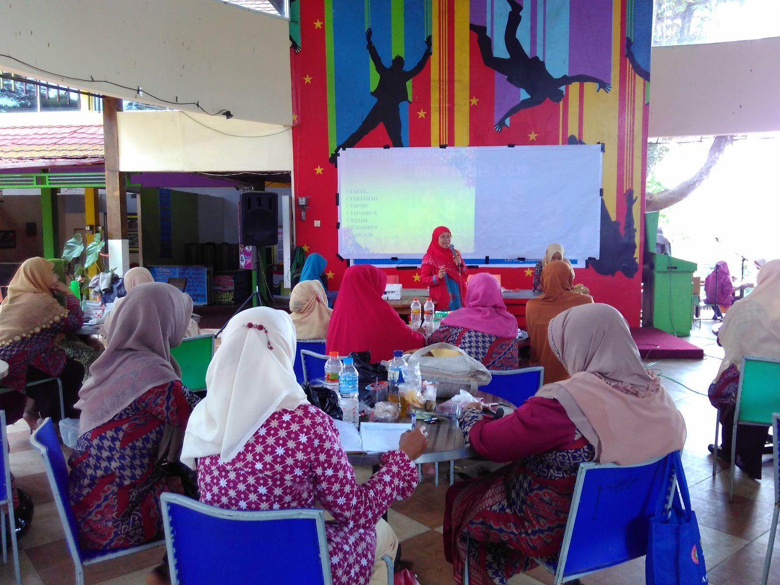 Penyampaian Materi TQT Oleh Ibu Lailatul Fitriyah Azzakiyah (Ketua PD NA Kota Malang)